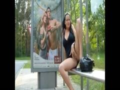 Prostituierte befriedigt sich selbst auf der Bushaltestelle