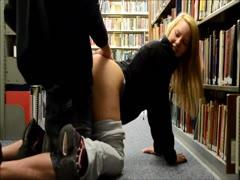 Spass mit seinen Schwanz in der Bibliothek