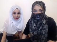 Zwei geile Araberinnen mit Kopftuch geben eine Sexy Show