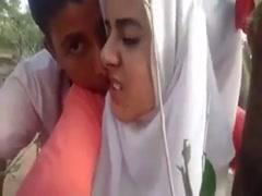 Junge moslemische Teens haben heißen Sex in Klamotten