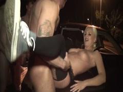 Schrfe blonde deutsche Prostituierte von drei Schwäzen auf Parkplatz gefickt